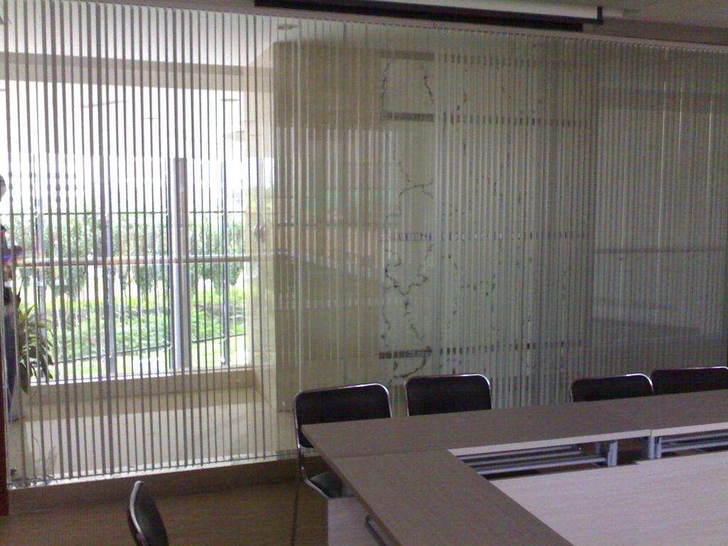 销售电话:13998867589.62644112.沈阳馨梦飞窗饰有限公司是集设计、生产销售各种窗帘于一体的专业生产经销公司。公司自创建以来,经过多年的积累,现已下属两个分公司以及多个经销商遍布辽宁省各地。是较有影响力和竞争力的综合性窗帘窗饰公司。公司有:垂直百叶窗帘、卷帘、铝合金横式百叶帘、香格里拉帘、风琴帘、百折帘、日夜帘、柔丝帘、竹卷帘、竹百叶帘、实木百叶帘、电动卷帘、电动幕布帘、电动窗帘、电动开合窗帘、电动布帘、电动升降窗帘、电动天棚帘、阳光房窗帘、电动升降会标、电动升降条幅、电动升降开合窗帘、