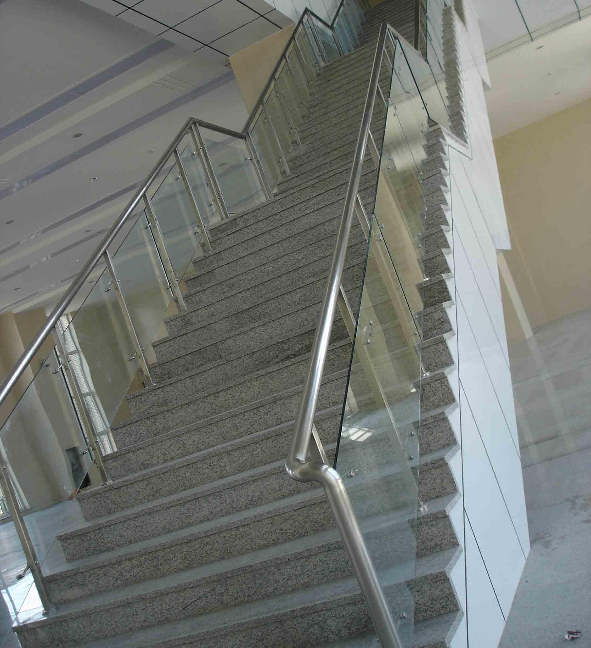 钢结构,塑铝板干挂,玻璃幕墙,遮雨棚,各种门饰系列,伸缩门,楼梯扶手