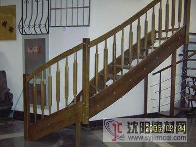 这类楼梯也用木制品做扶手.价格比进口大理石低一点.