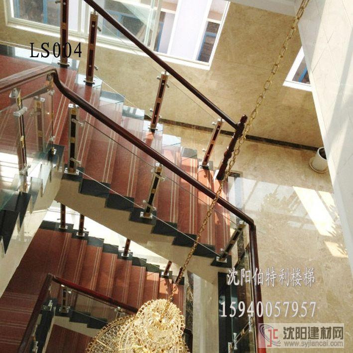 在别墅及复式房中,楼梯是装饰中的重点,它不仅是连接楼上楼下的重要通道,也是显示装饰风格及业主个性的一个亮点。目前,楼梯的材质和款式在悄无声息地变化着,具体可分以下几种:   1、木制楼梯木制楼梯是现今设计师会使用最多的楼梯材质,因为木材天然具有的温暖质感,但是在选择时注意木制楼梯与其他区域地板要相符合,这样整个空间就会显得非常协调。此外在选材和施工时应注意木材的强度和硬度,木制楼梯适用于美式、乡村、中式、现代简约别墅设计风格。   2、铁制楼梯   铁制楼梯向来以经久耐用、便于塑型等优点倍受人们的喜爱。