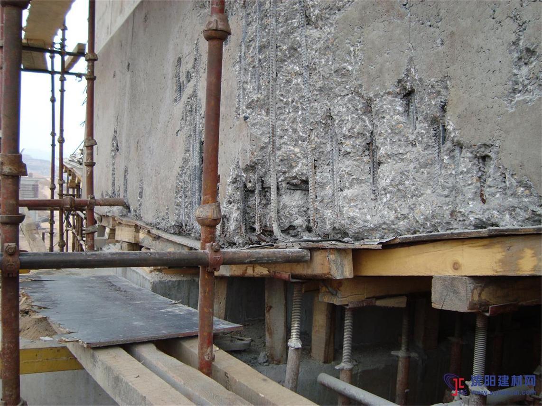 4,在混凝土或砖石结构的立面和钢结构的表面上做整体面层时,应分