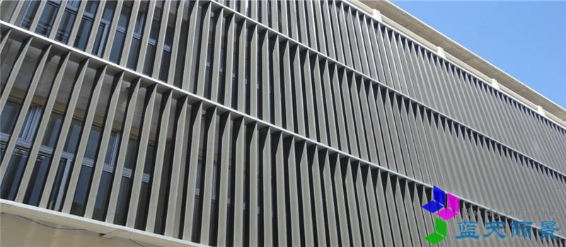 格栅式百叶遮阳系统 是一种常见的遮阳形式,多应用于建筑物的外立面遮阳和装饰。一般由梭形百叶、机翼百叶、C型百叶、S型百叶以及矩形和圆形型材和支撑龙骨组成,作为建筑外立面的遮阳和装饰。常用的叶片均为小叶片形式,叶片宽度在200mm以下。 格栅式百叶遮阳系统采用小截面的中空百叶制作而成,叶片表面可阳极氧化或电泳、氟碳喷涂处理,颜色可选任意国际标准色;安装水平排布。 产品特点:格栅式遮阳作为较常见的一种遮阳产品,被广泛应用于建筑物外立面,起到美化建筑装饰风格和遮阳的作用,其结构简单,设计精巧,安装方便,是较为