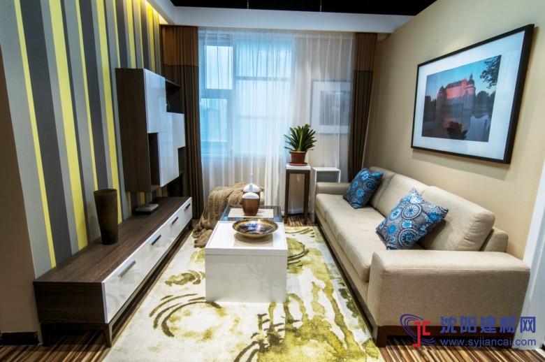 现代简约风格 现代简约风格是以简约为主的装修风格。简约主义源于20世纪初期的西方现代主义。西方现代主义源于包豪斯学派,包豪斯学院始创于1919年德国魏玛,创始人是格罗佩斯,包豪斯学派提倡功能第一的原则,提出适合流水线生产的家具造型,在建筑装饰上提倡简约,简约风格的特色是将设计的元素、色彩、照明、原材料简化到最少的程度,但对色彩、材料的质感要求很高。因此,简约的空间设计通常非常含蓄,往往能达到以少胜多、以简胜繁的效果。 现代家庭简约装修风格有以下几点含义: 1、简约不等于简单,它是经过深思熟虑后经过创新得